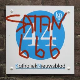 Naambord Katholiek Nieuwsblad beklad met 'Satan' en '666'